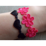 Horgolt, virágos karkötő lila színben